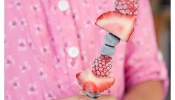 Brochetas de fruta congelada.