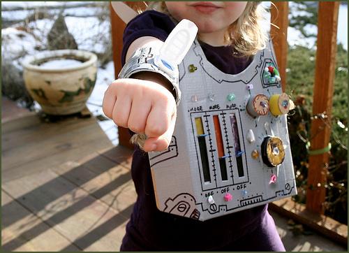 Aprendiendo a reciclar con un increíble disfraz de robot.