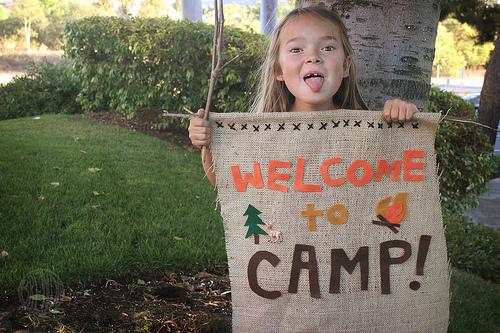 Como hacer un letrero de campamento.